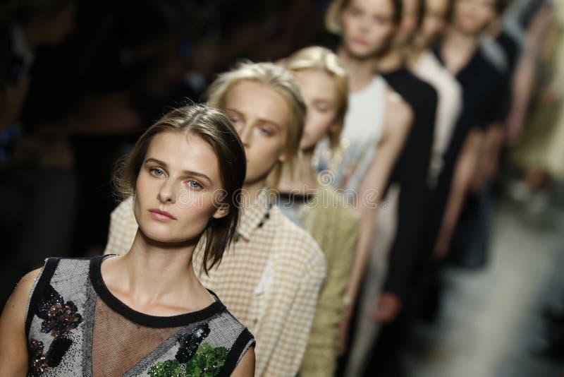 Τα πρότυπα περπατούν το διάδρομο κατά τη διάρκεια Bottega Veneta παρουσιάζουν ως μέρος της εβδομάδας μόδας του Μιλάνου στοκ εικόνες