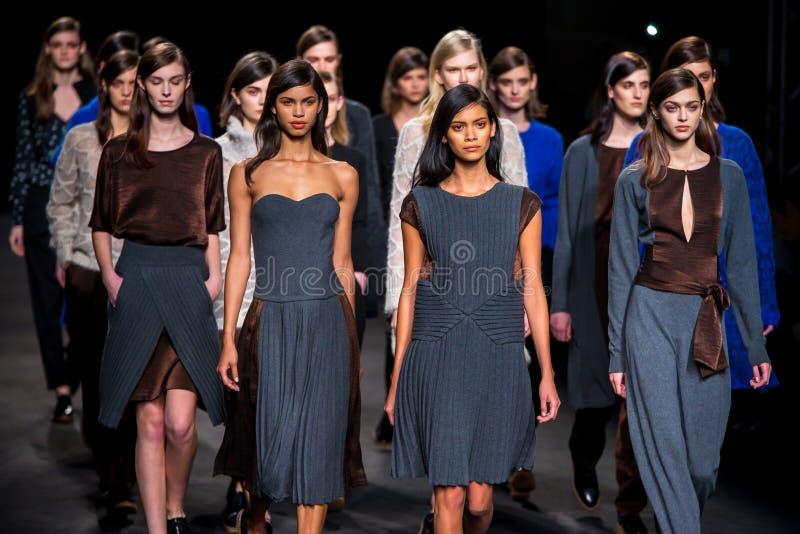 Τα πρότυπα περπατούν το διάδρομο στη 080 εβδομάδα μόδας της Βαρκελώνης στοκ εικόνες με δικαίωμα ελεύθερης χρήσης