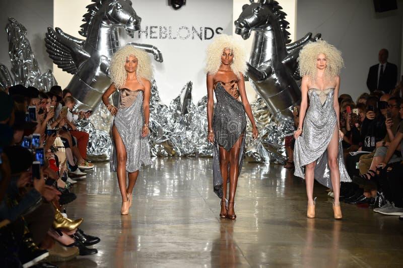 Τα πρότυπα περπατούν το διάδρομο στη επίδειξη μόδας Blonds στοκ φωτογραφίες