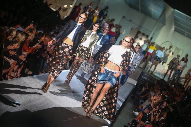 Τα πρότυπα περπατούν το φινάλε διαδρόμων αφότου παρουσιάζουν τα DSquared2 ως τμήμα της εβδομάδας μόδας του Μιλάνου στοκ εικόνες