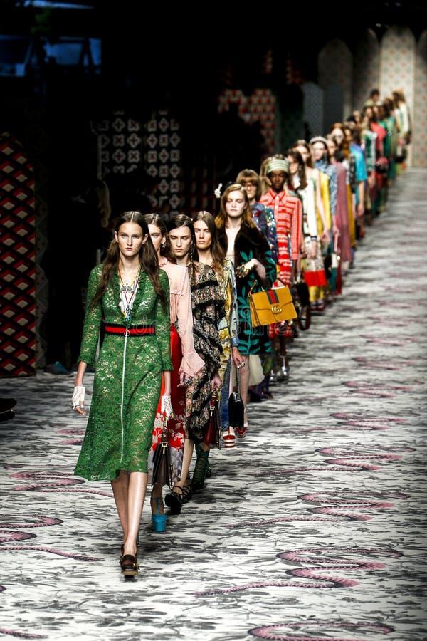 Τα πρότυπα περπατούν το φινάλε διαδρόμων κατά τη διάρκεια της Gucci παρουσιάζουν στοκ φωτογραφίες με δικαίωμα ελεύθερης χρήσης
