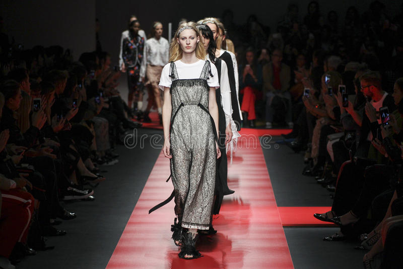 Τα πρότυπα περπατούν το φινάλε διαδρόμων κατά τη διάρκεια του Ν επίδειξη μόδας 21 στοκ εικόνες