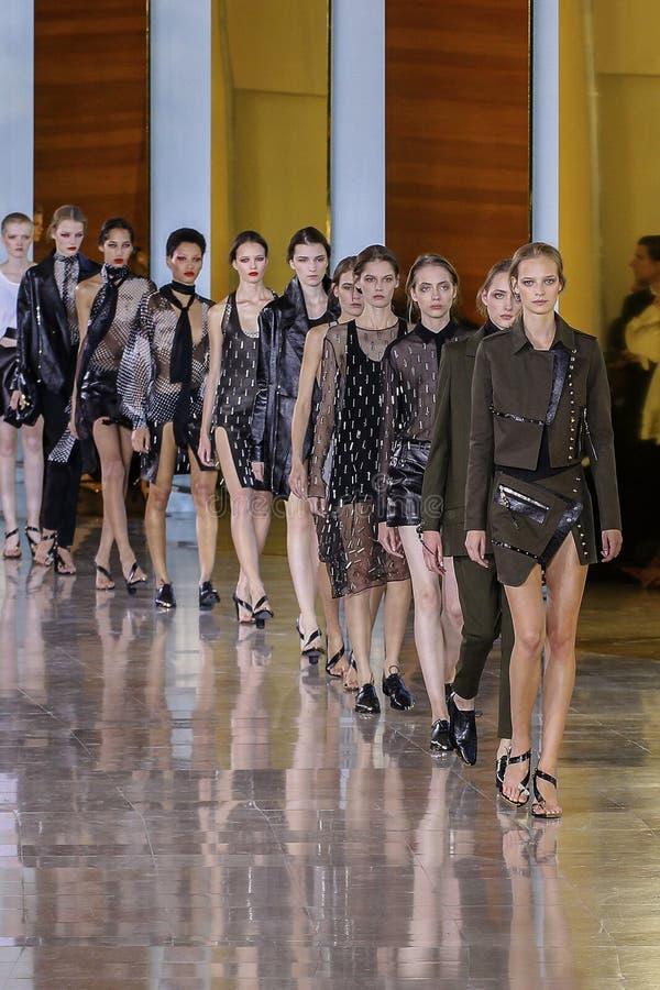 Τα πρότυπα περπατούν το φινάλε διαδρόμων κατά τη διάρκεια του Anthony Vaccarello παρουσιάζουν στοκ εικόνες