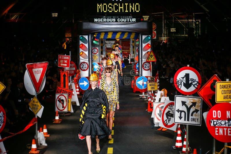 Τα πρότυπα περπατούν το φινάλε διαδρόμων κατά τη διάρκεια του Moschino παρουσιάζουν στοκ εικόνα