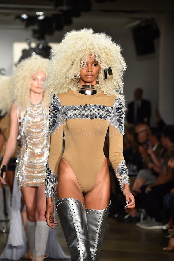 Τα πρότυπα περπατούν το φινάλε διαδρόμων στη επίδειξη μόδας Blonds στοκ εικόνες με δικαίωμα ελεύθερης χρήσης