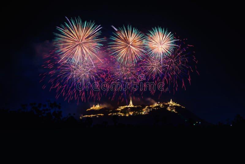 Τα πυροτεχνήματα παρουσιάζουν πέρα από το ιστορικό πάρκο Khao WANG Phra Nakhon Khiri στοκ εικόνες