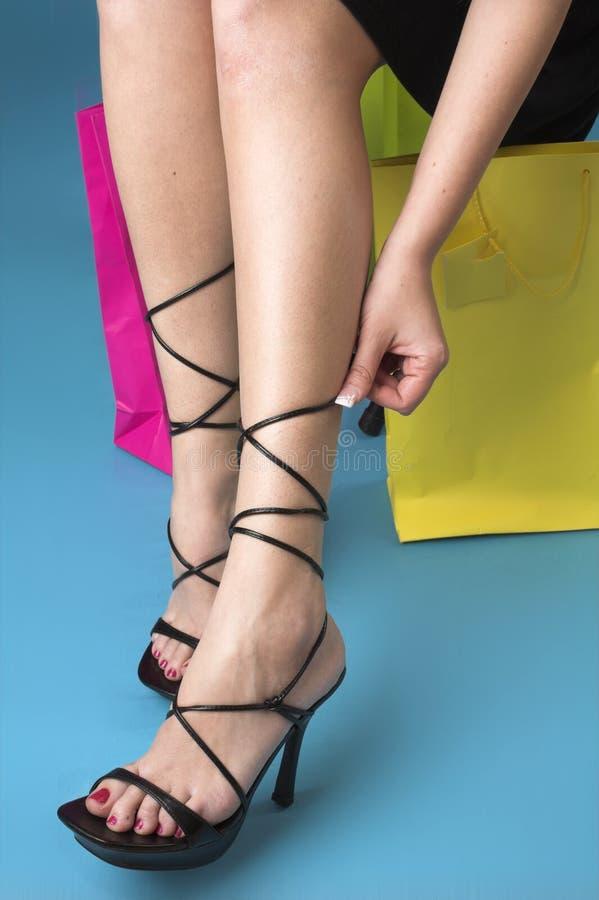 τα πόδια βάζουν τακούνια σ& στοκ φωτογραφία με δικαίωμα ελεύθερης χρήσης