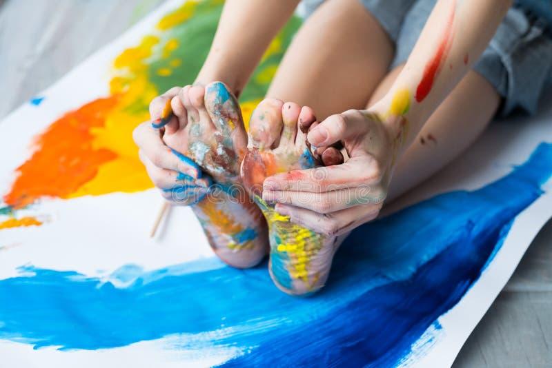 Τα πόδια ελεύθερου χρόνου διασκέδασης δίνουν το βρώμικο πολύχρωμο χρώμα στοκ εικόνα