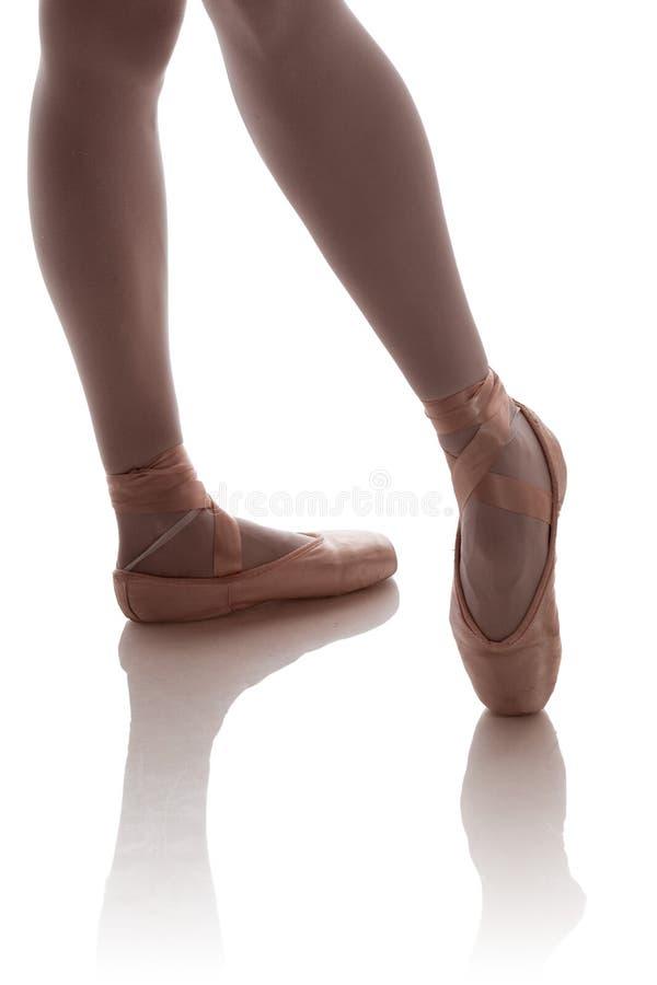Τα πόδια ενός ballerina στο μπεζ pointe στοκ εικόνες