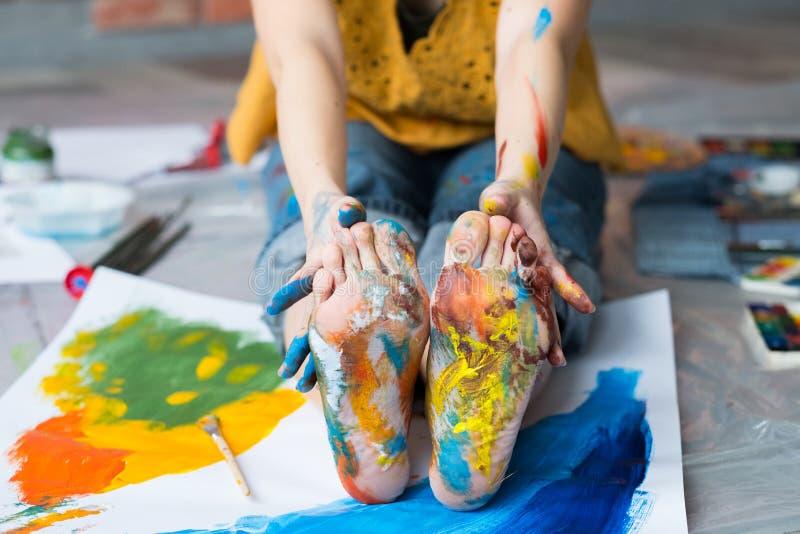 Τα πόδια θεραπείας τέχνης δίνουν το βρώμικο πολύχρωμο χρώμα στοκ εικόνα
