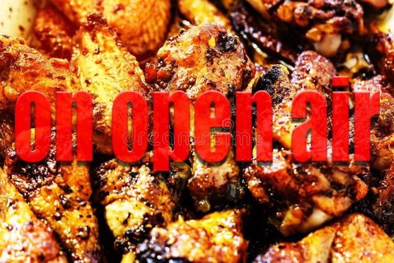 Τα πόδια κοτόπουλου, ψημένα στη σχάρα πόδια, ψήνουν τη σάλτσα, τρόφιμα σε υπαίθριο, OU στοκ εικόνες