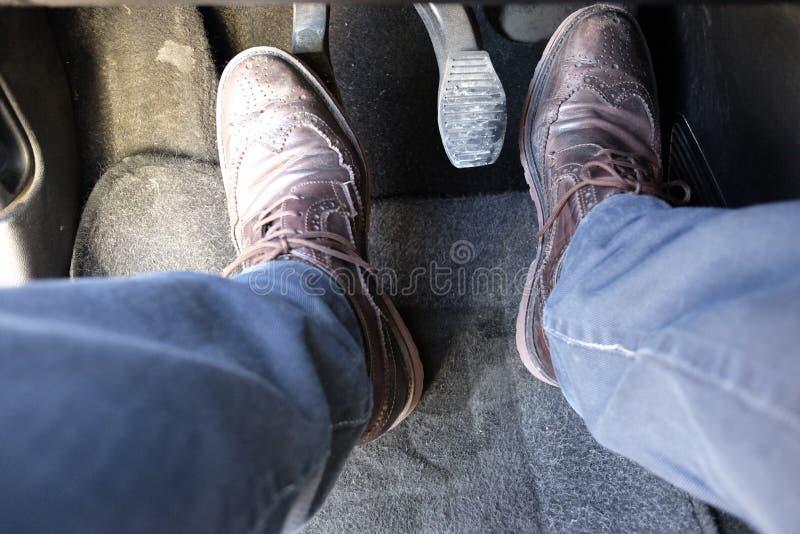 Τα πόδια μου που οδηγούν το αυτοκίνητο στοκ φωτογραφία