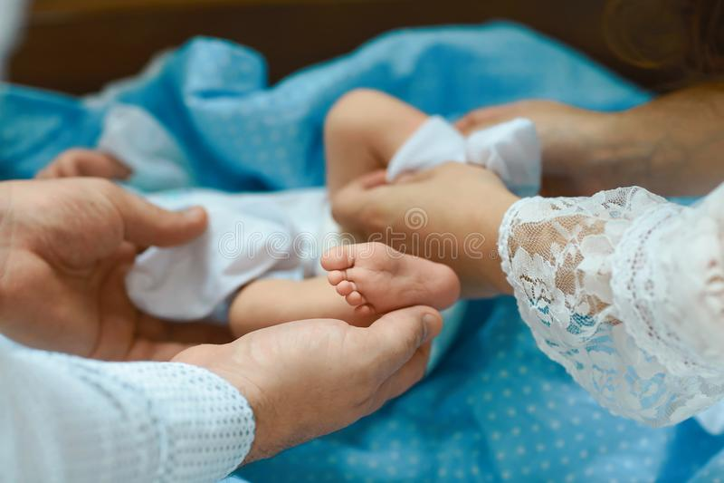 Τα πόδια μωρών στα χέρια μητέρων, μικροσκοπικά νεογέννητα πόδια μωρών ` s στο θηλυκό διαμόρφωσαν την κινηματογράφηση σε πρώτο πλά στοκ εικόνα