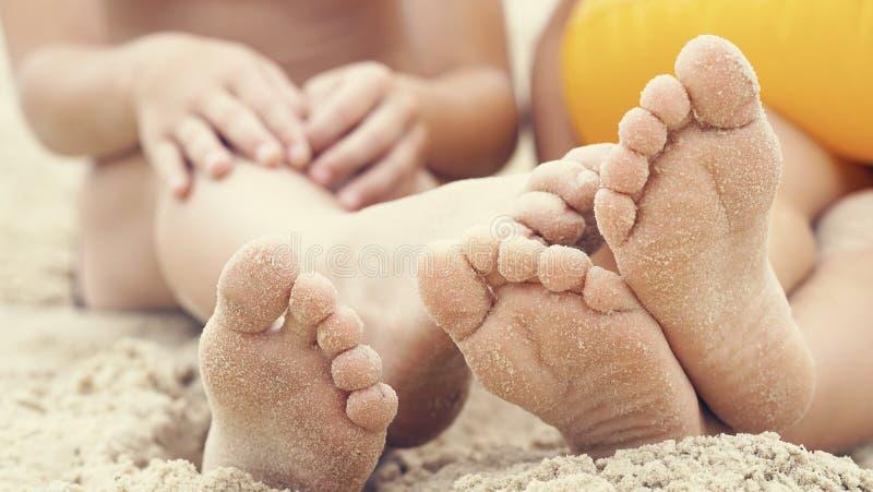 Τα πόδια παιδιών ` s θάβονται στην άμμο Ευτυχείς διακοπές στην παραλία θορίου ε στοκ φωτογραφία με δικαίωμα ελεύθερης χρήσης