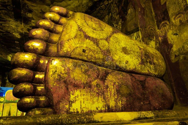 Τα πόδια του ξαπλώματος του καταστατικού του Βούδα στο ναό σπηλιών σύνθετο της Σρι Λάνκα στοκ εικόνες