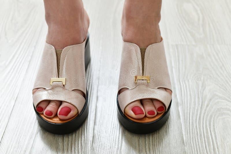 Τα πόδια των γυναικών θερινά άσπρα clogs στοκ φωτογραφία με δικαίωμα ελεύθερης χρήσης
