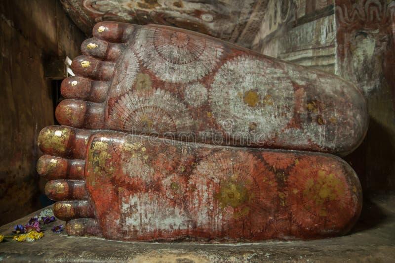 Τα πόδια Buddhas κλείνουν επάνω στο ναό σπηλιών Dambulla, Σρι Λάνκα στοκ εικόνες