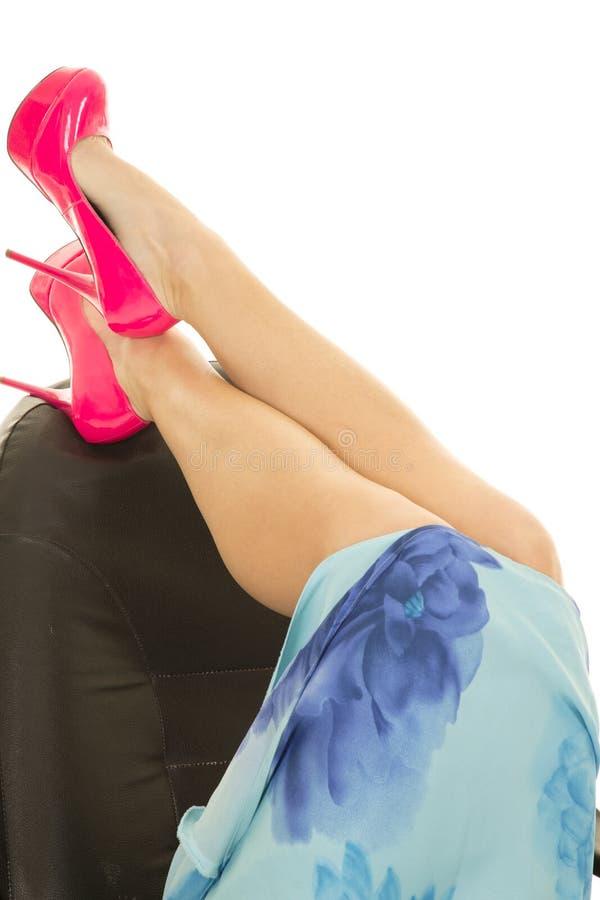 Τα πόδια γυναικών στα ρόδινα τακούνια βάζουν στα πόδια γ φουστών λουλουδιών καρεκλών γραφείων στοκ φωτογραφία με δικαίωμα ελεύθερης χρήσης
