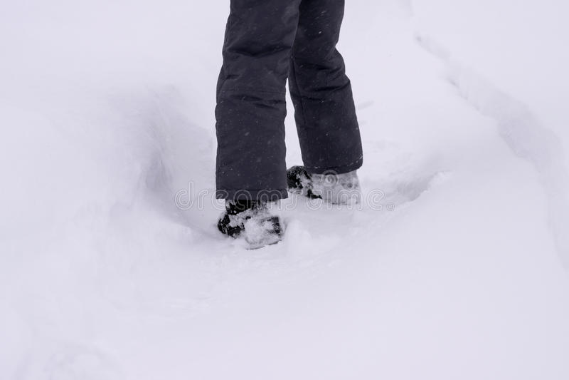 Τα πόδια παιδιών ` s στο παπούτσι χιονιού ανοίγουν τη διαδρομή στοκ φωτογραφίες με δικαίωμα ελεύθερης χρήσης