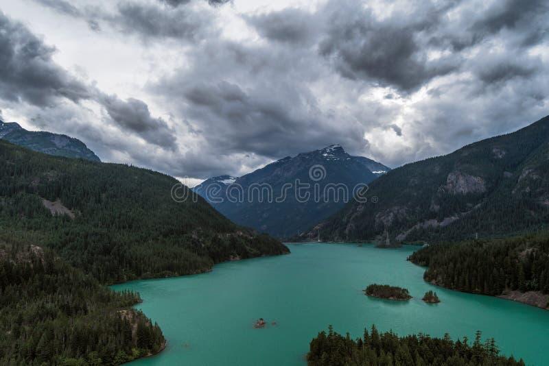 Τα δραματικά σύννεφα κυλούν τη λίμνη Diablo, εθνικό πάρκο βόρειων καταρρακτών, Ουάσιγκτον στοκ φωτογραφίες με δικαίωμα ελεύθερης χρήσης