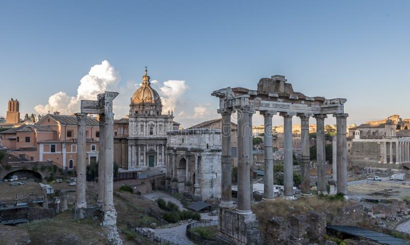 Τα ρωμαϊκές κτήρια και οι καταστροφές, στη Ρώμη, θέτουν ενάντια σε έναν βαθύ μπλε ουρανό στοκ εικόνες