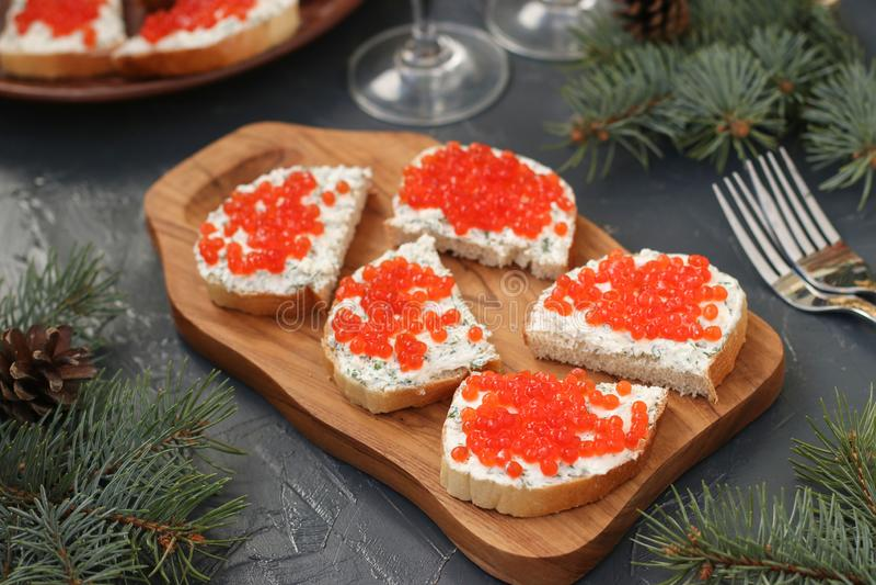 Τα σάντουιτς με το κόκκινο χαβιάρι βρίσκονται σε έναν ξύλινο πίνακα στοκ εικόνες με δικαίωμα ελεύθερης χρήσης