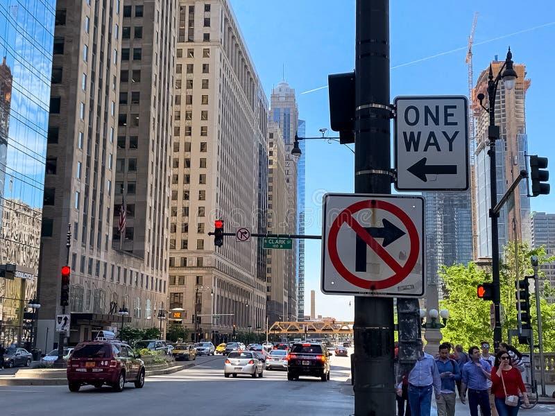 Τα σημάδια κυκλοφορίας έδειξαν έναν τρόπο στη γωνία του Clark και Wacker στο Σικάγο στοκ εικόνα