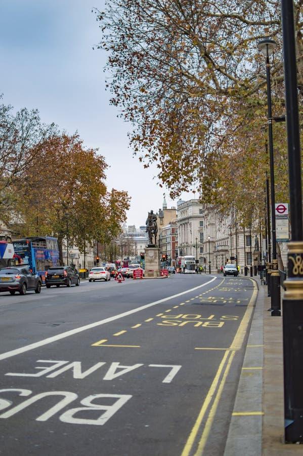 Τα σημάδια στο δρόμο στο κατέβασμα της οδού στο Λονδίνο στοκ εικόνες