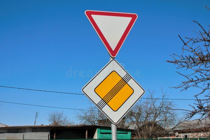 Τα σημάδια δίνουν τόπο και το τέλος του κύριου δρόμου στοκ φωτογραφίες με δικαίωμα ελεύθερης χρήσης