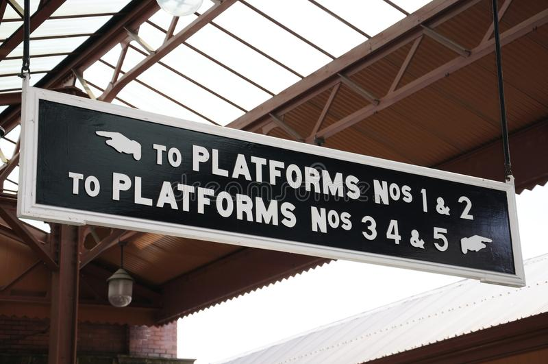 Τα σημάδια πλατφορμών, δένουν το σιδηροδρομικό σταθμό οδών στοκ φωτογραφίες με δικαίωμα ελεύθερης χρήσης