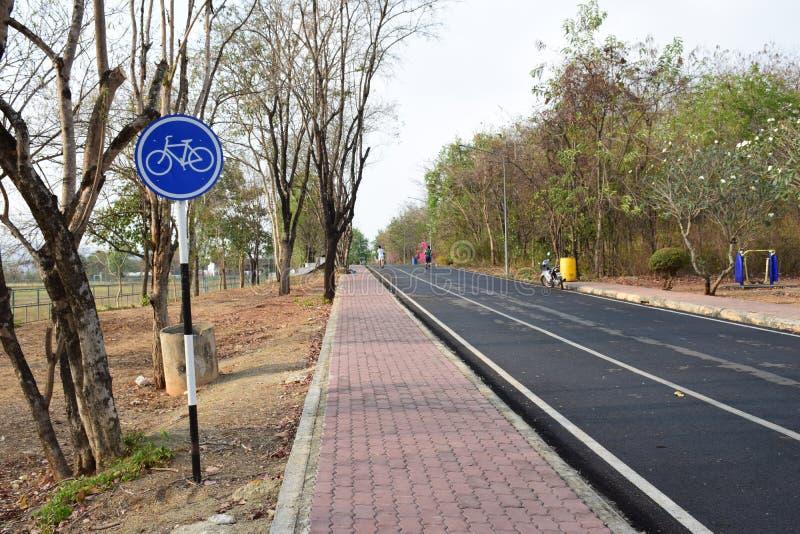 Τα σημάδια δρόμων και κυκλοφορίας στοκ φωτογραφία με δικαίωμα ελεύθερης χρήσης