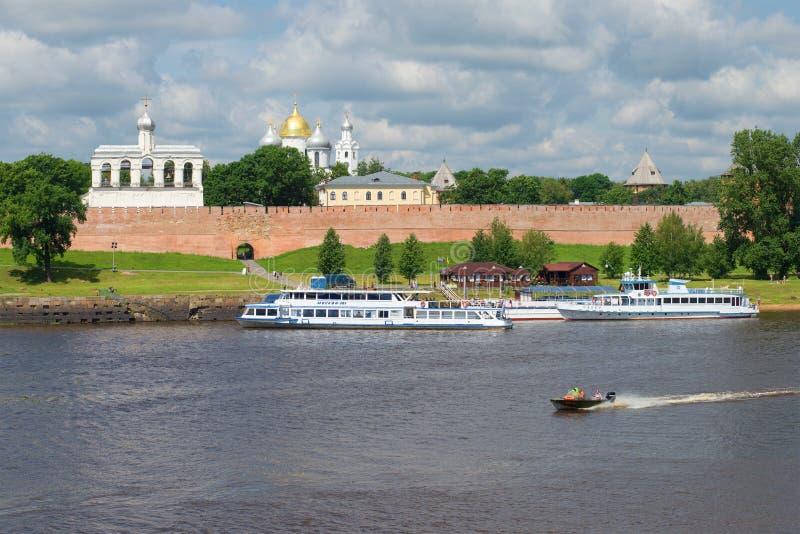 Τα σκάφη τουριστών είναι στην αποβάθρα, η νεφελώδης ημέρα Ιουλίου στον ποταμό Volkhov εκκλησία δημοπρασίας υπόθεσης novgorod veli στοκ εικόνα με δικαίωμα ελεύθερης χρήσης