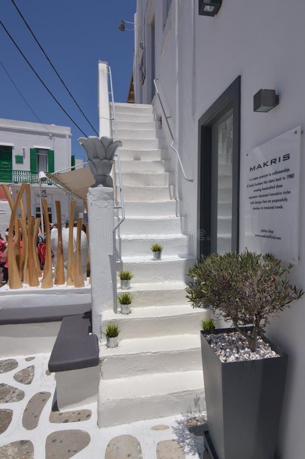 Τα σκαλοπάτια της Νίκαιας που τελειώνουν στις χαρακτηριστικές μπλε πόρτες στις γραφικές οδούς πολύ στενεύουν στο νησί Chora Mikon στοκ φωτογραφία