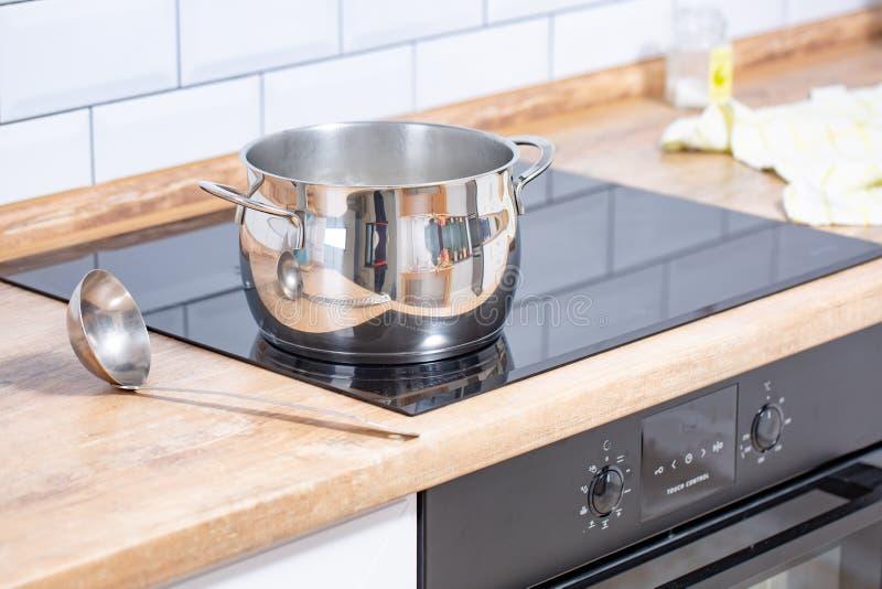Τα σκεύη για την κουζίνα περιλαμβάνουν το τηγάνι και η κουτάλα τοποθετ στοκ εικόνες