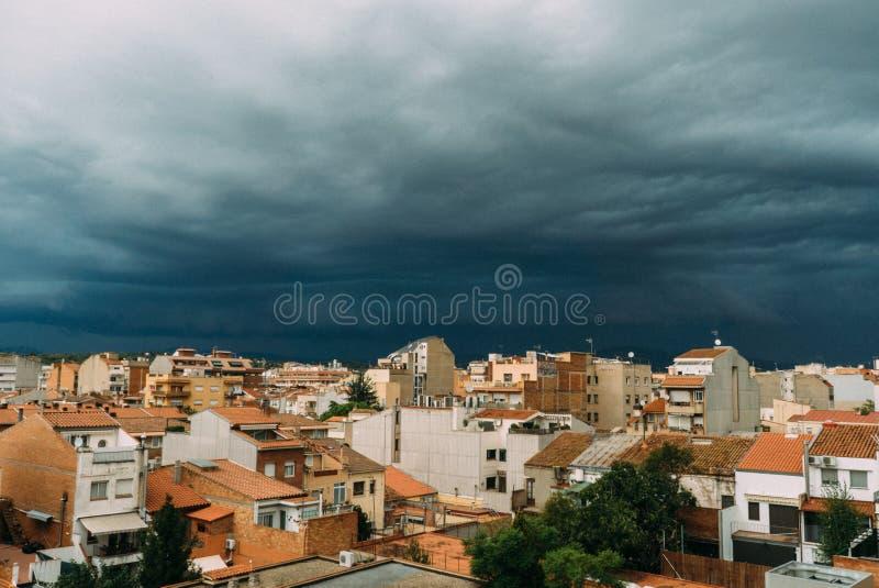 Τα σκοτεινά σύννεφα στο θλιβερό ουρανό πέρα από τον τυφώνα τομέων και βροχερό ουρανού δέντρων καλύπτουν και μαύρα σύννεφα πριν απ στοκ φωτογραφία με δικαίωμα ελεύθερης χρήσης
