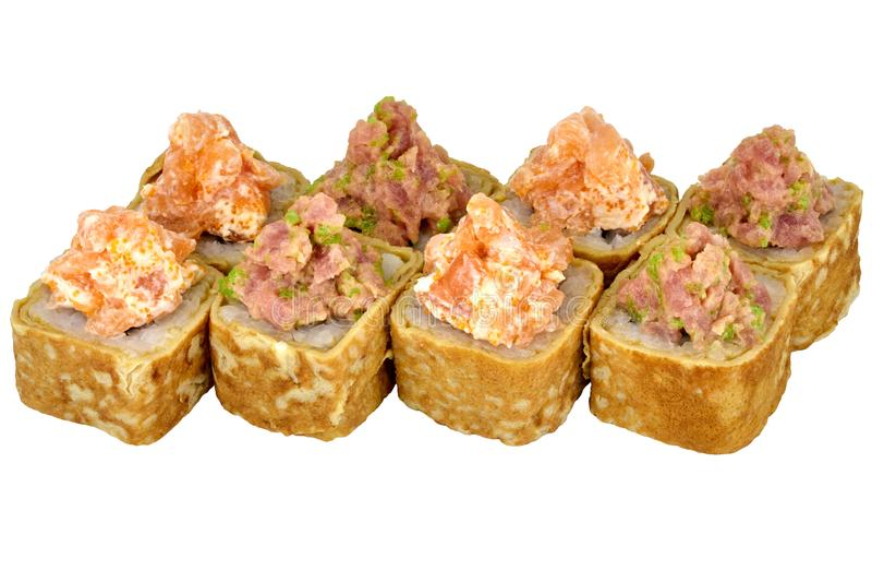 Τα σούσια κυλούν τα ιαπωνικά τρόφιμα που απομονώνονται στον άσπρο ρόλο σουσιών Καλιφόρνιας υποβάθρου στην ομελέτα με την κινηματο στοκ εικόνες