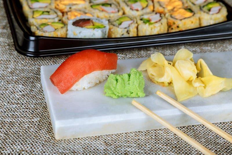 Τα σούσια Nigiri με το σολομό, grouper, το χέλι, τον τόνο και τη γαρίδα, εξυπηρέτησαν τα εύγευστα παραδοσιακά ιαπωνικά τρόφιμα, στοκ φωτογραφίες με δικαίωμα ελεύθερης χρήσης