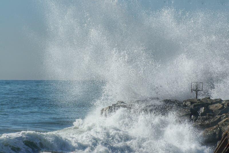Τα σπασίματα κυμάτων στους βράχους στοκ εικόνα με δικαίωμα ελεύθερης χρήσης