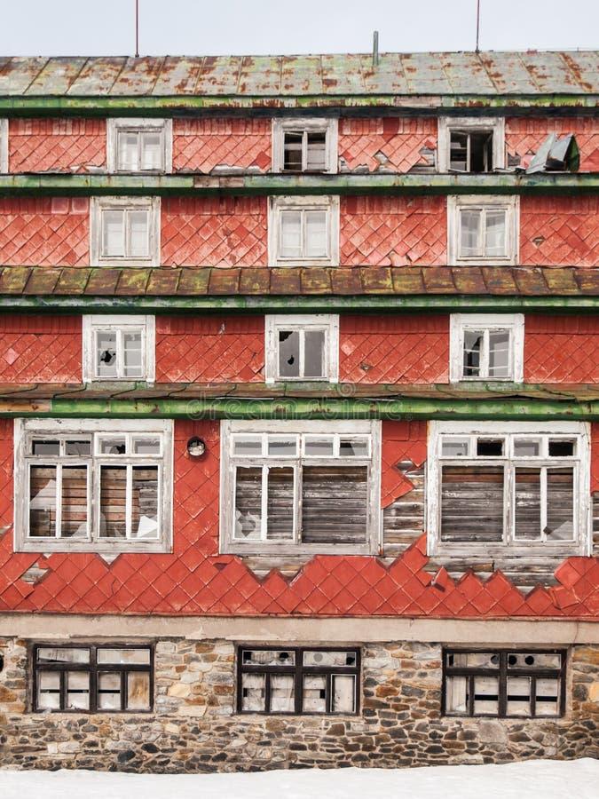 Τα σπασμένα παράθυρα σε παλαιό η οικοδόμηση στοκ εικόνες