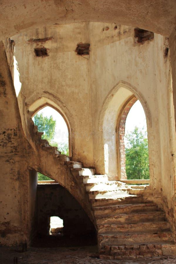 Τα σπειροειδή παράθυρα σκαλών και αψίδων πετρών της παλαιάς λουθηρανικής εκκλησίας ενσωμάτωσαν το γοτθικό ύφος Ταξίδι στα καντόνι στοκ εικόνα με δικαίωμα ελεύθερης χρήσης