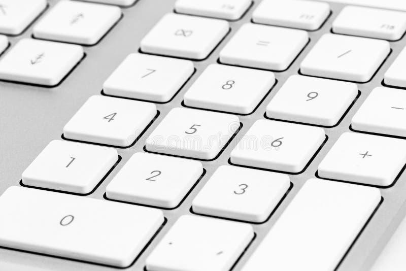 Τα στοιχεία ενός άσπρου υπολογιστή πληκτρολογούν κοντά επάνω στοκ φωτογραφίες