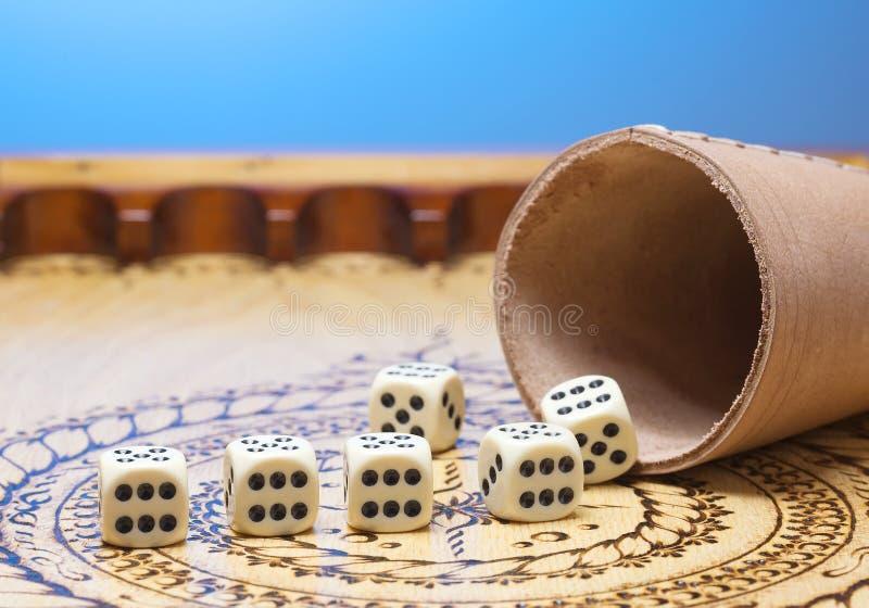 τα στοιχεία του παιχνιδιού σε έναν χαρασμένο ξύλινο πίνακα λογαριάζουν έξι, μπλε υπόβαθρο στοκ εικόνα με δικαίωμα ελεύθερης χρήσης