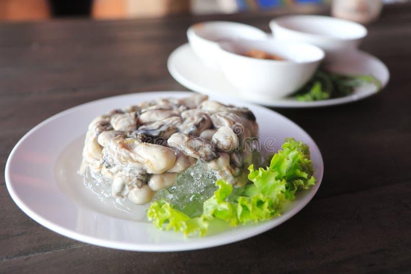 Τα στρείδια είναι θαλασσινά Είναι ακατέργαστο κρέας των στρειδιών Εξυπηρετημένος στον πάγο, λαχανικά, πικάντικη σάλτσα, Leucaena, στοκ εικόνα με δικαίωμα ελεύθερης χρήσης