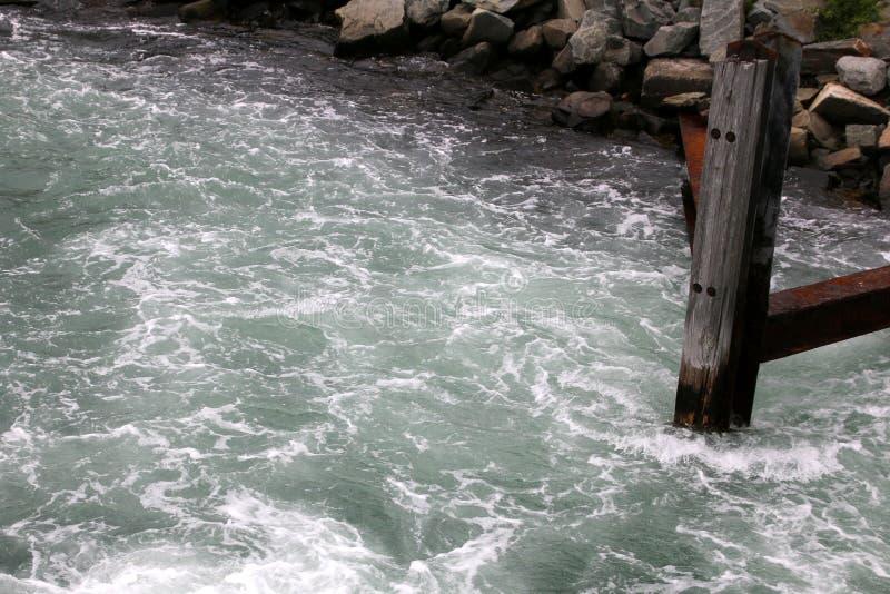 Τα στροβιλιμένος νερά στο λιμάνι από την αποβάθρα στοκ εικόνες