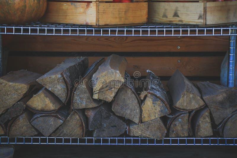Τα συσσωρευμένα κούτσουρα στρατωνίζουν στο σπίτι για το χειμώνα στοκ φωτογραφία με δικαίωμα ελεύθερης χρήσης