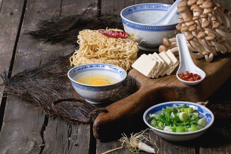 Τα συστατικά για την ασιατική σούπα στοκ εικόνες