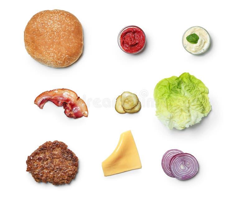 Τα συστατικά για burger στο άσπρο υπόβαθρο, επίπεδο βάζουν στοκ εικόνες