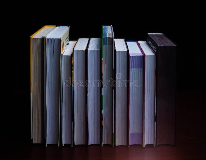 Τα σχολικά βιβλία στο γραφείο, έννοια εκπαίδευσης, εκπαιδεύουν, τεχνολογία, γάτα, παφλασμός στοκ φωτογραφία