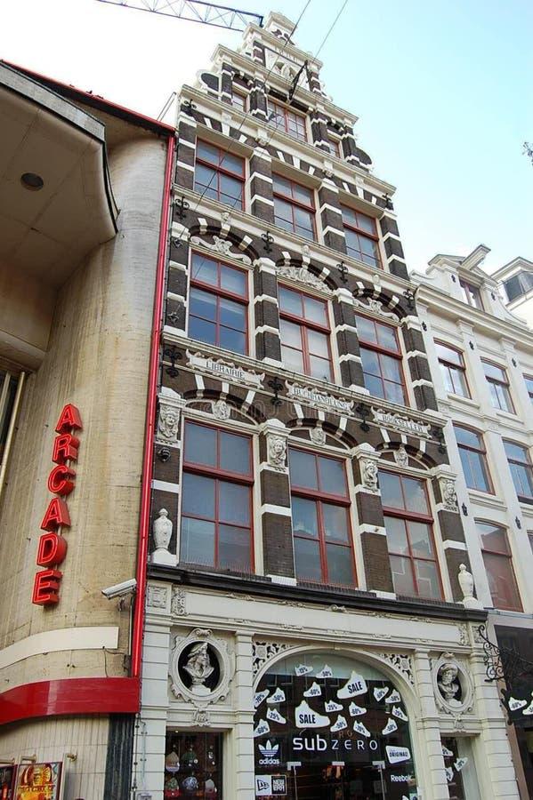 Τα σύγχρονα αθλητικά παπούτσια και τα ενδύματα ψωνίζουν σε ένα παλαιό κτήριο, Άμστερνταμ, οι Κάτω Χώρες στοκ εικόνες