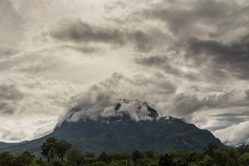 Τα σύννεφα θύελλας καλύπτουν το βουνό στοκ φωτογραφίες